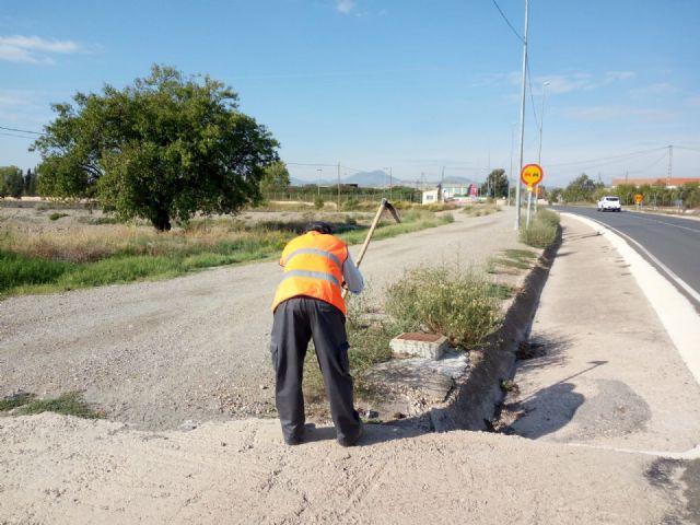 La Comunidad pone en marcha un plan de limpieza y desbroce de cunetas en Puerto Lumbreras - 1, Foto 1