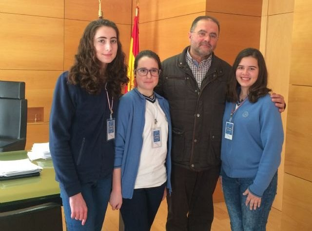 "Students of the school ""La Milagrosa"" interview the mayor"