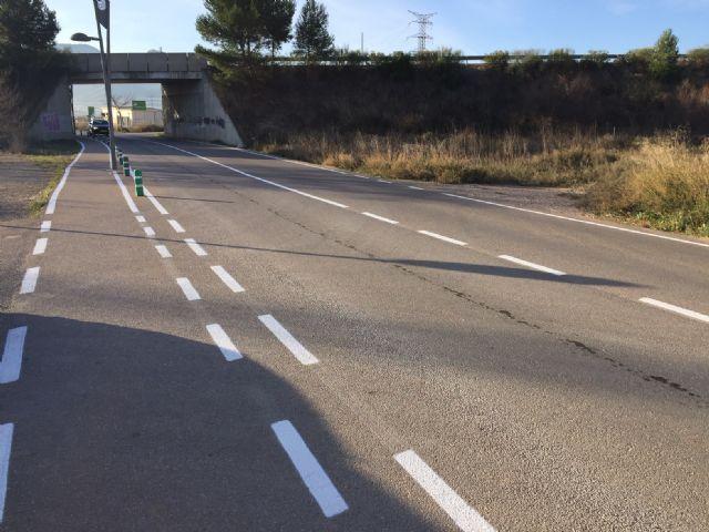 El Ayuntamiento realiza trabajos de repintado de marcas viales y reposición de bolardos y luminarias en la carretera de Santa Ana - 2, Foto 2