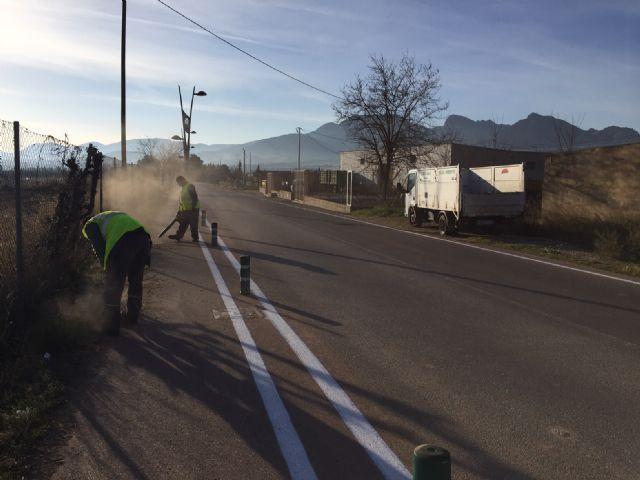 El Ayuntamiento realiza trabajos de repintado de marcas viales y reposición de bolardos y luminarias en la carretera de Santa Ana - 3, Foto 3