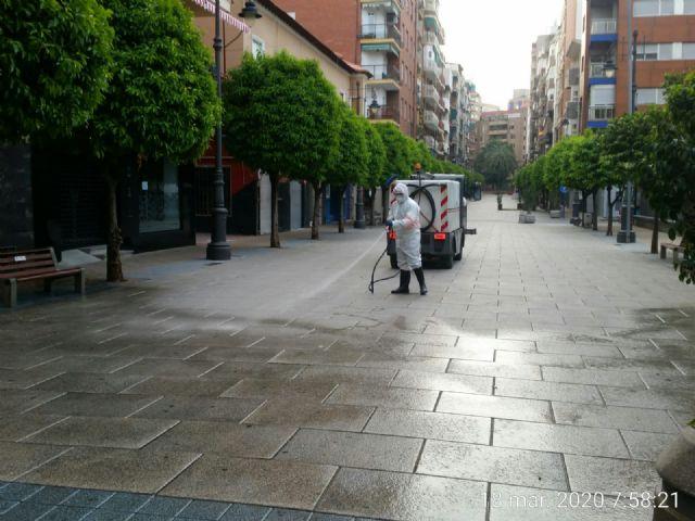 El Ayuntamiento de Molina de Segura y Sercomosa  llevan a cabo la limpieza de choque y desinfección en vía pública, edificios públicos, parques y jardines y contenedores de residuos para prevenir expansión del COVID-19 - 1, Foto 1