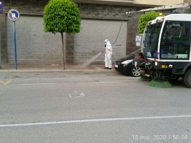El Ayuntamiento de Molina de Segura y Sercomosa  llevan a cabo la limpieza de choque y desinfección en vía pública, edificios públicos, parques y jardines y contenedores de residuos para prevenir expansión del COVID-19 - 2, Foto 2