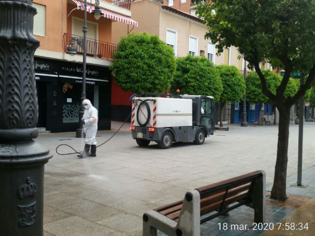 El Ayuntamiento de Molina de Segura y Sercomosa  llevan a cabo la limpieza de choque y desinfección en vía pública, edificios públicos, parques y jardines y contenedores de residuos para prevenir expansión del COVID-19 - 4, Foto 4