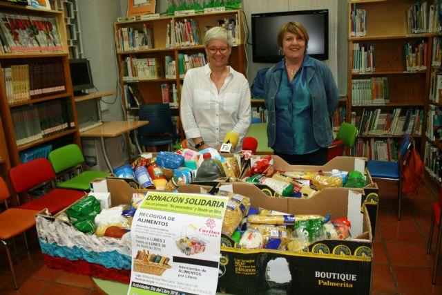 La biblioteca hace entrega a Cáritas de los alimentos recogidos durante la campaña promovida con motivo de las actividades del Día del Libro