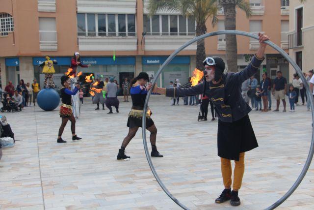 Sal de Compras llena el centro urbano de San Pedro del Pinatar de malabares, danza y zancudos - 1, Foto 1