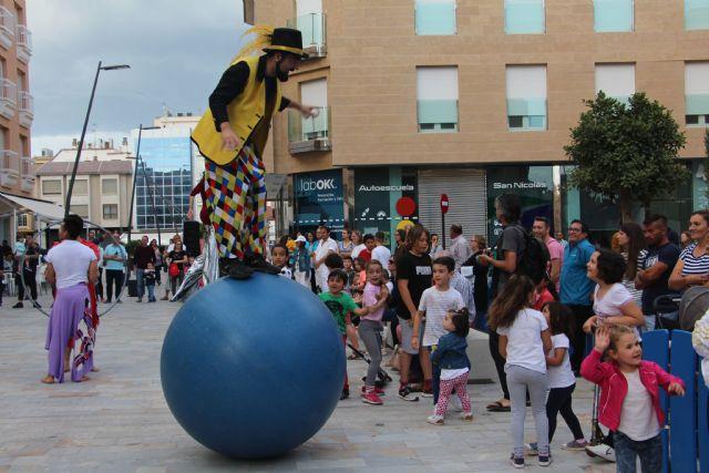 Sal de Compras llena el centro urbano de San Pedro del Pinatar de malabares, danza y zancudos - 2, Foto 2