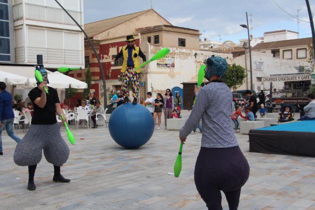 Sal de Compras llena el centro urbano de San Pedro del Pinatar de malabares, danza y zancudos - 3, Foto 3