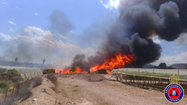A fire destroys part of a farm, a ship pallet and a swamp on a farm located in front of the camping Totana