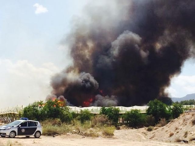 A fire destroys part of a farm, a ship pallet and a swamp on a farm located in front of the camping Totana, Foto 5