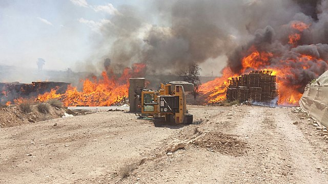 Helicopter Consortium DGSCyE and firefighters working in extinguishing the fire at a farm in Totana, Foto 3