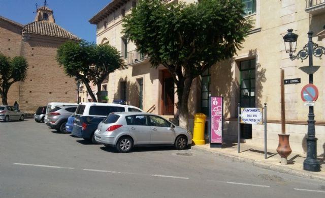 Se recuerda a los conductores que está prohibido estacionar frente a las fachadas del Ayuntamiento y la iglesia de Santiago - 2, Foto 2