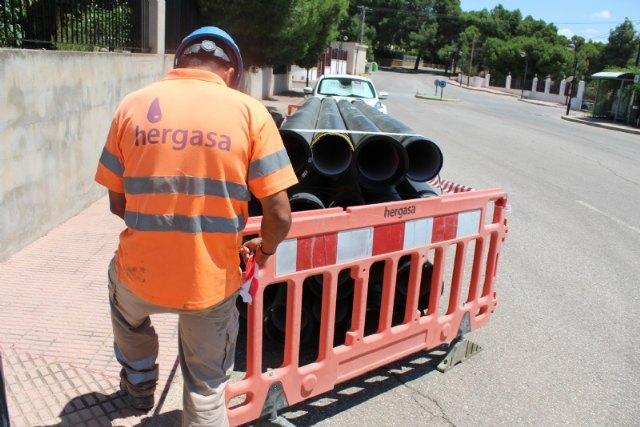 Esta semana han comenzado las obras de renovación urgente de la tubería principal de agua potable en la calle Badajoz, de la urbanización La Charca - 2, Foto 2