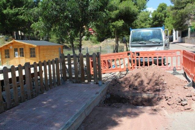Esta semana han comenzado las obras de renovación urgente de la tubería principal de agua potable en la calle Badajoz, de la urbanización La Charca - 3, Foto 3