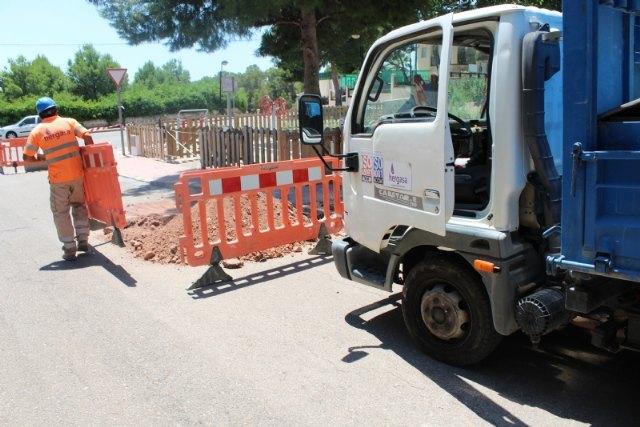 Esta semana han comenzado las obras de renovación urgente de la tubería principal de agua potable en la calle Badajoz, de la urbanización La Charca - 4, Foto 4