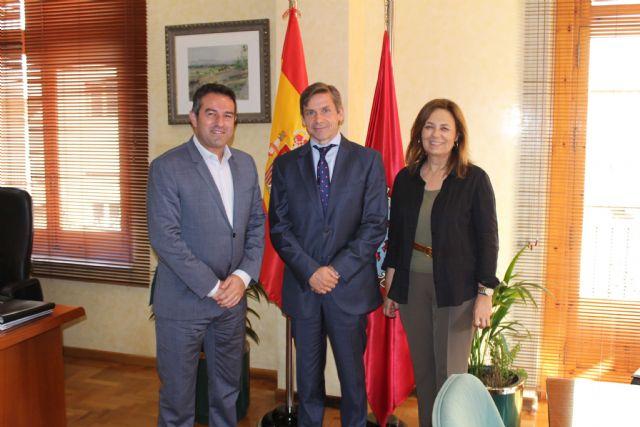 El alcalde de Alcantarilla, Joaquín Buendía, recibe en el Ayuntamiento, al nuevo director general de Hero España, Javier Uruñuela - 1, Foto 1