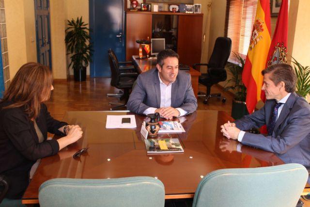 El alcalde de Alcantarilla, Joaquín Buendía, recibe en el Ayuntamiento, al nuevo director general de Hero España, Javier Uruñuela - 2, Foto 2