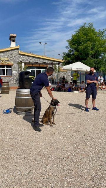La Unidad Canina de la Policía Local de Lorca muestra su trabajo a más de 200 niños de la Escuela de Verano del Club Deportivo 'Los Álamos' - 2, Foto 2