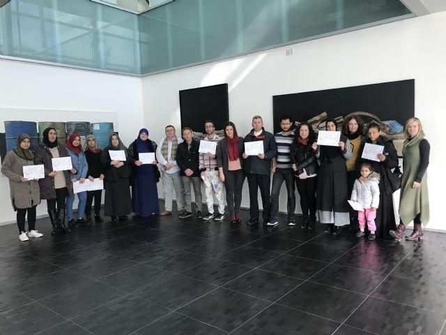 Entrega de diplomas a los participantes en el taller de reparación de calzado - 1, Foto 1