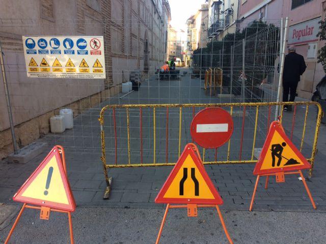 Comienza el arreglo de los desperfectos en las calles adoquinadas Santiago, San Ramón, Macario y Raso de Andreo