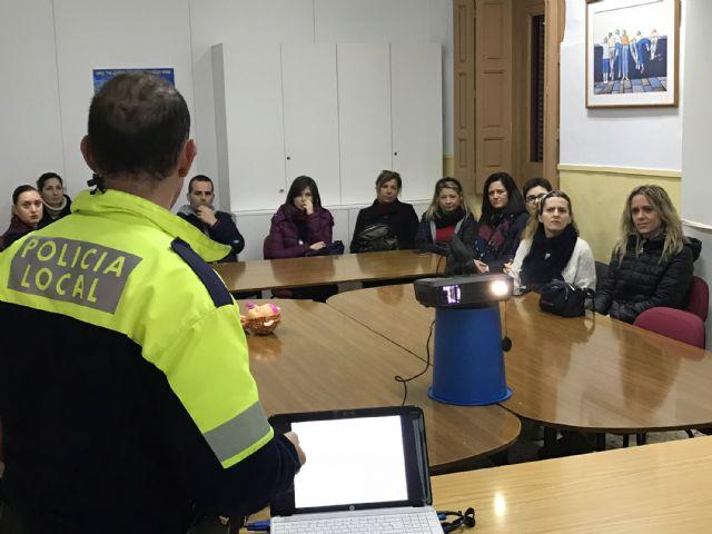 El programa Policía Tutor asesora a jóvenes y adultos sobre el uso y los peligros de las redes sociales y los juegos online - 1, Foto 1