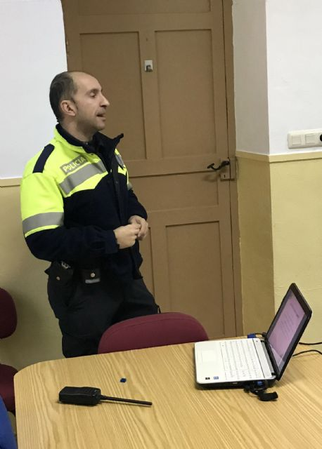 El programa Policía Tutor asesora a jóvenes y adultos sobre el uso y los peligros de las redes sociales y los juegos online - 3, Foto 3