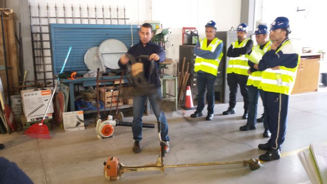 "The students of the Certificate of Professionalism Course ""Cleaning open spaces in industrial facilities"" perform professional non-work placements in companies, Foto 2"