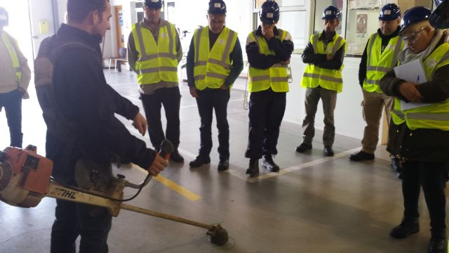 "The students of the Certificate of Professionalism Course ""Cleaning open spaces in industrial facilities"" perform professional non-work placements in companies, Foto 4"