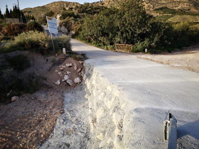 Arreglan el tramo de la carretera de La Huerta en su intersecci�n con la rambla de Los Molinos, a la altura de la ermita de esta diputaci�n, Foto 2