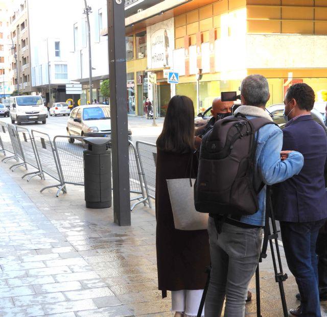 IU-V exige poner fin a la provisionalidad de unas vallas instaladas en la acera de Juan Carlos I - 1, Foto 1