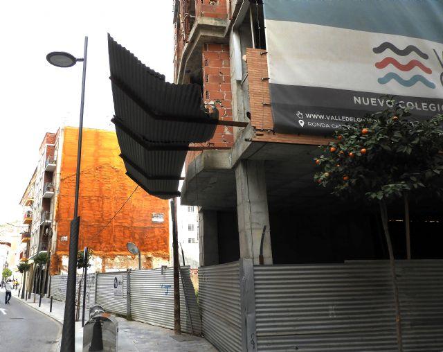 Denuncian la peligrosidad de unas chapas en una obra abandonada de la céntrica calle Musso Valiente - 1, Foto 1
