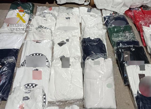La Guardia Civil se incauta de más de un centenar de prendas de vestir falsificadas en el mercadillo semanal de Las Torres de Cotillas - 1, Foto 1