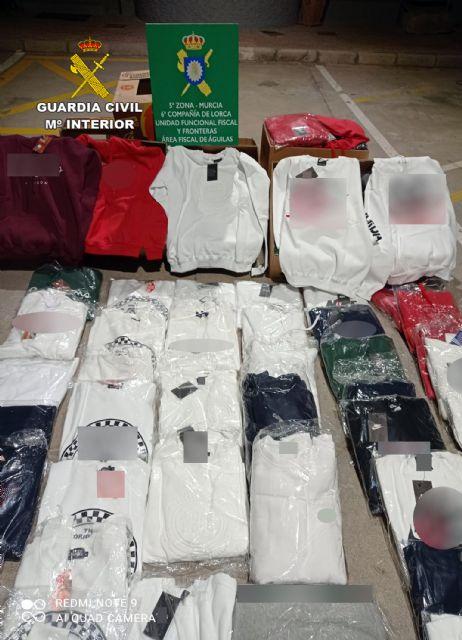 La Guardia Civil se incauta de más de un centenar de prendas de vestir falsificadas en el mercadillo semanal de Las Torres de Cotillas - 2, Foto 2