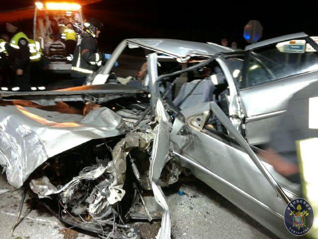 Bomberos de Cartagena rescatan al conductor atrapado en un accidente en el que fallece uno de los ocupantes - 1, Foto 1