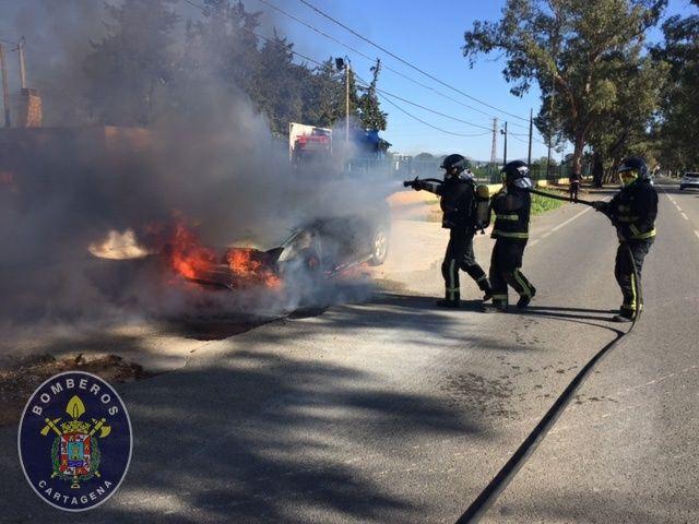 Incendio de vehiculo junto al antiguo helipuerto de Santa Ana - 1, Foto 1
