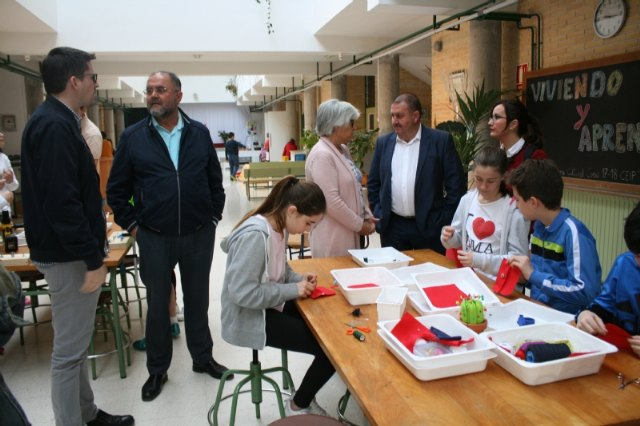 "Authorities visit the workshops organized by the CEIP ""Tierno Galván"" in the framework of its Cultural Week"