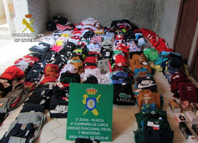 La Guardia Civil se incauta de cerca de 350 prendas de vestir y 20 perfumes falsificados en un comercio de Águilas - 1, Foto 1