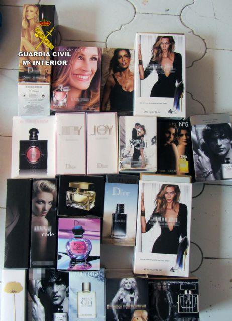 La Guardia Civil se incauta de cerca de 350 prendas de vestir y 20 perfumes falsificados en un comercio de Águilas - 2, Foto 2