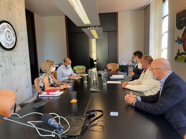[El alcalde, junto con el concejal de Urbanismo y el arquitecto municipal, se reúnen con la dirección del Colegio Oficial de Arquitectos de la Región de Murcia