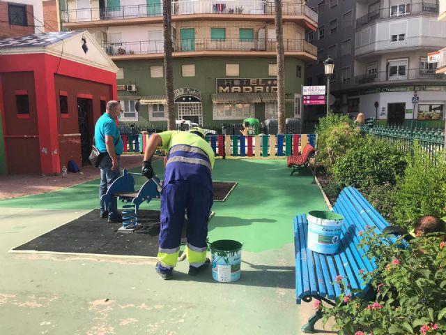 Hernández supervisa los trabajos finales de puesta a punto de los parques infantiles ante su inminente apertura - 1, Foto 1