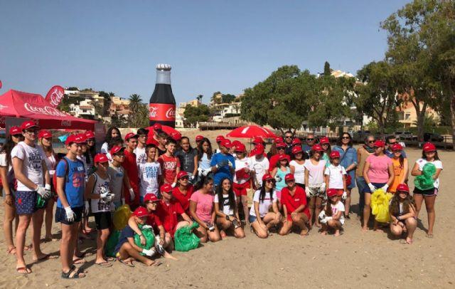 50 voluntarios de Cruz Roja participan en Bolnuevo en un proyecto medioambiental que combate la presencia de residuos plásticos en playas, Foto 1