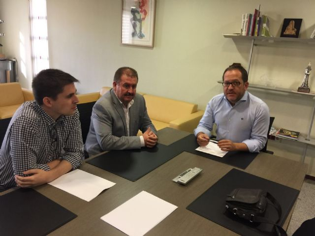 Autoridades municipales se reúnen con el director general de Administración Local