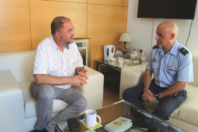 El alcalde recibe al nuevo comandante jefe del Mando Aéreo de Combate del EVA-13, Jacinto Alarcón Cervantes, quien tomó posesión de su cargo el pasado mes de agosto