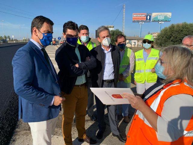 El consejero Díez de Revenga y el alcalde José Miguel Luengo visitan las obras de reasfaltado de la autovía del Mar Menor - 1, Foto 1