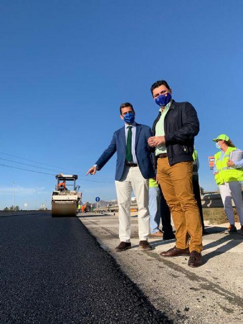 El consejero Díez de Revenga y el alcalde José Miguel Luengo visitan las obras de reasfaltado de la autovía del Mar Menor - 2, Foto 2