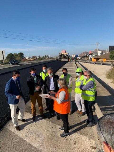 El consejero Díez de Revenga y el alcalde José Miguel Luengo visitan las obras de reasfaltado de la autovía del Mar Menor - 3, Foto 3