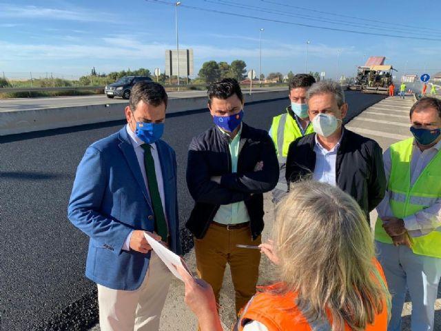 El consejero Díez de Revenga y el alcalde José Miguel Luengo visitan las obras de reasfaltado de la autovía del Mar Menor - 4, Foto 4