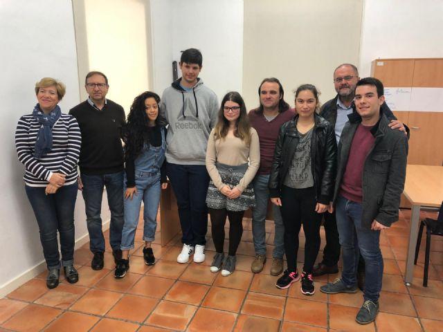 Autoridades municipales asisten al acto de lectura del Manifiesto con motivo del Día Internacional del Estudiante, el 17 de noviembre, que se celebró en el Centro Sociocultural