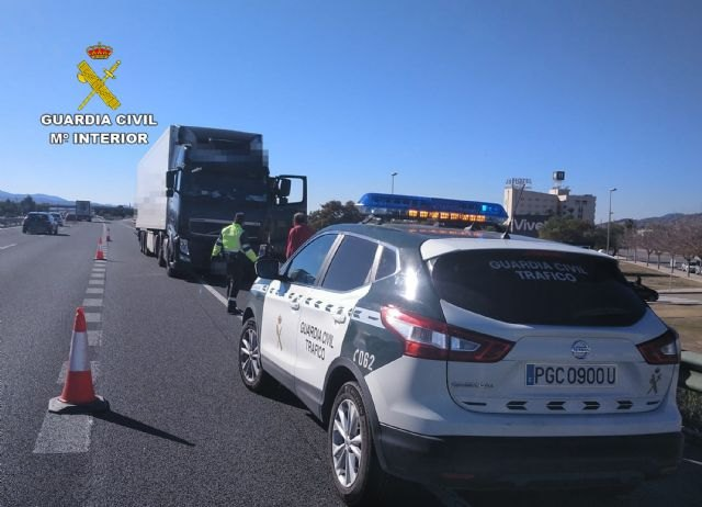 [The Civil Guard investigates the driver of an articulated vehicle that was circulating in the opposite direction on the A7 motorway, increasing the alcohol rate five times