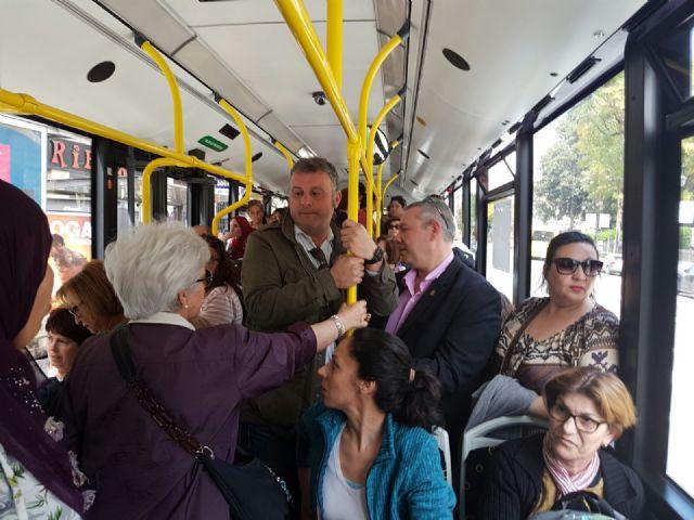 El PSOE acompaña a usuarios de la línea entre Sangonera la Verde y Murcia que viajan con goteras y en condiciones de hacinamiento - 2, Foto 2