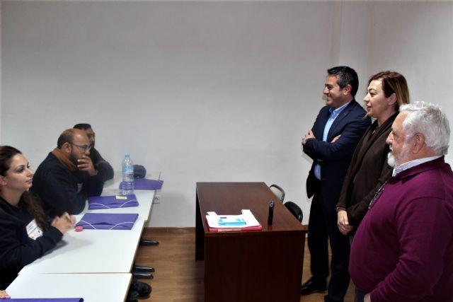 La directora general del SEF y el alcalde de Alcantarilla, visitan el programa mixto de empleo y formación sobre limpieza en espacios abiertos e instalaciones industriales desarrollado por la Obra Social Marista - 1, Foto 1